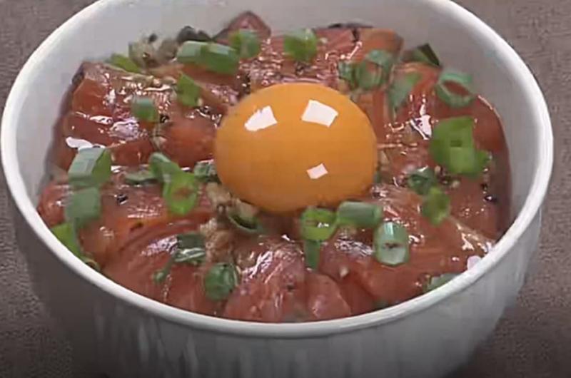 サーモンのスタミナ漬け丼(クイズとくもり「サーモン」中尾晋)