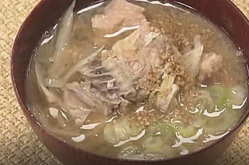 サケ缶のみそ汁(クイズとくもり「サーモン」黒瀬佐紀子)