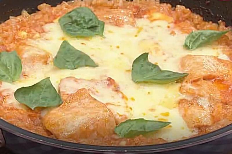 フライパンで鮭のチーズトマトパエリア(検索きょうのおしゃレシピ)
